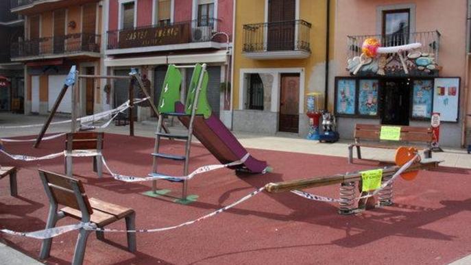 Pla obert d'un parc infantil situat al centre de Puigcerdà tancat davant l'augment del risc de rebrot de la covid-19