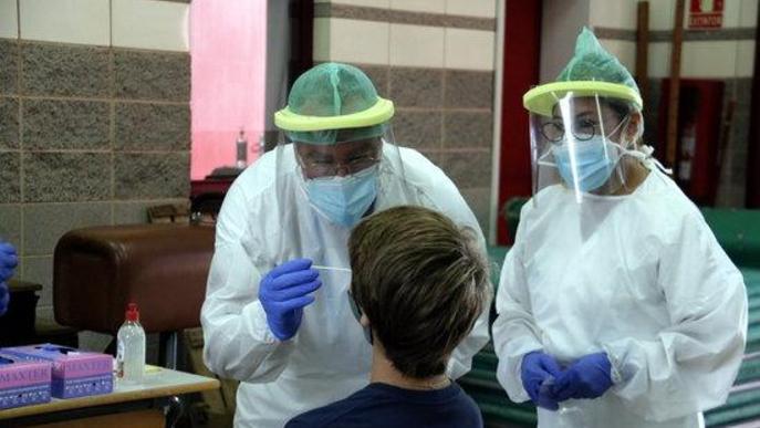 Pla mitjà d'un dels equips mòbils extraient mostres per a PCR a l'escola Bell-lloc de Girona,
