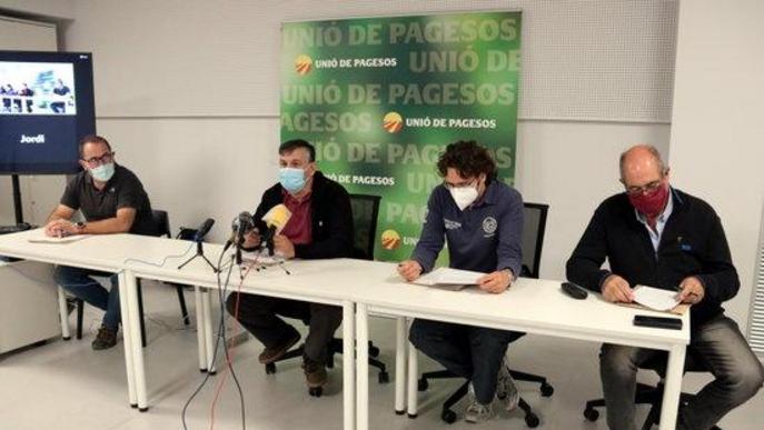 Pla mitjà del coordinador nacional d'Unió de Pagesos, Joan Caball, amb altres resposables del sindicat