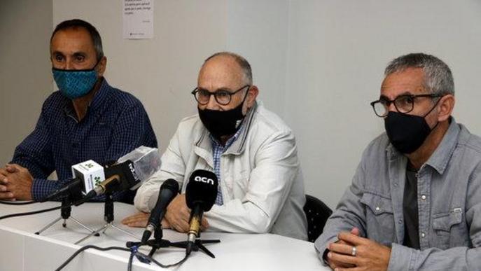 Pla mitjà on es pot veure el biòleg i professor de la UdL, Antoni Palau, amb el president de consell del Pla d'Urgell, Rafel Panadés, i el gerent, Carles Esquerda, en roda de premsa