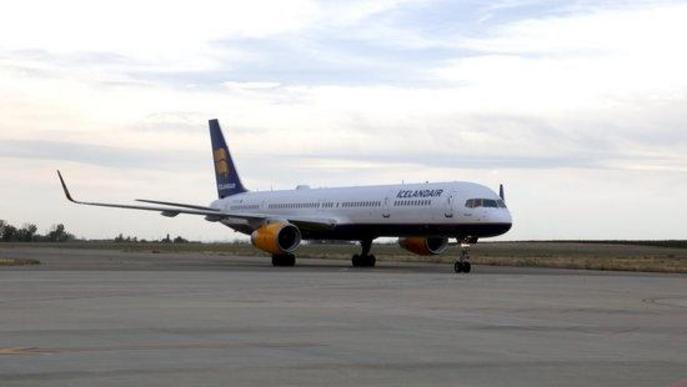 Pla obert d'un avió d'Icelandair aterrant a l'aeroport de Lleida-Alguaire