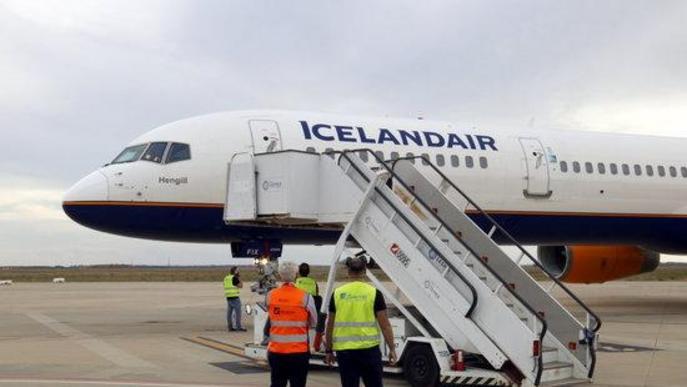 Pla mig d'un avió d'Icelandair, acabat d'aterrar a l'aeroport de Lleida-Alguaire