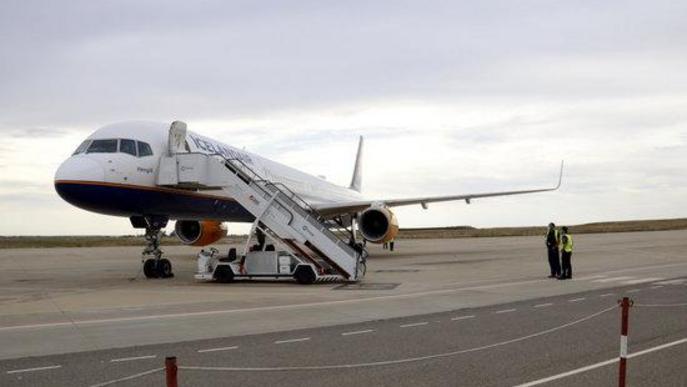 Pla obert d'un avió d'Icelandair, acabat d'aterrar a l'aeroport de Lleida-Alguaire, amb operaris al costat