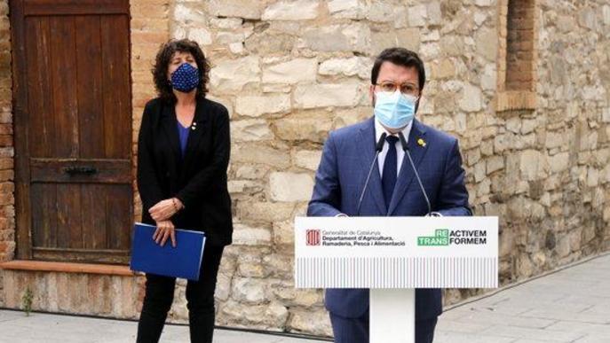 Pla mitjà del vicepresident amb funcions de president, Pere Aragonès, i de la consellera d'Agricultura, Teresa Jordà, durant l'atenció als mitjans de comunicació a l'exterior de la Casa Canal de Mollerussa