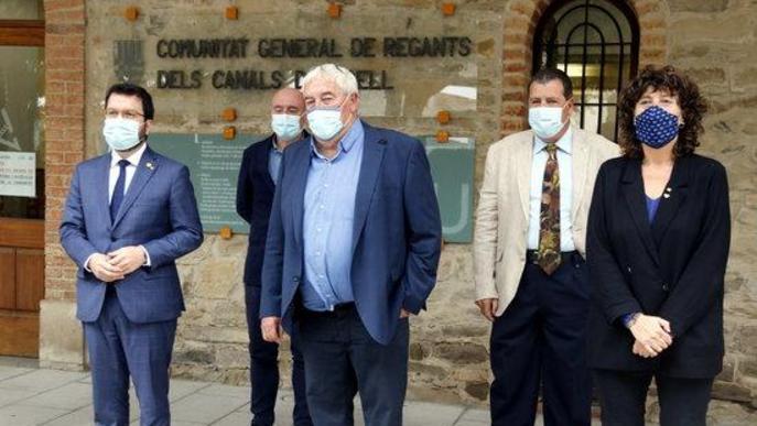 Pla mitjà del vicepresident amb funcions de president, Pere Aragonès, i de la consellera d'Agricultura, Teresa Jordà, amb el president de la Comunitat General de Regants dels Canals d'Urgell, Amadeu Ros
