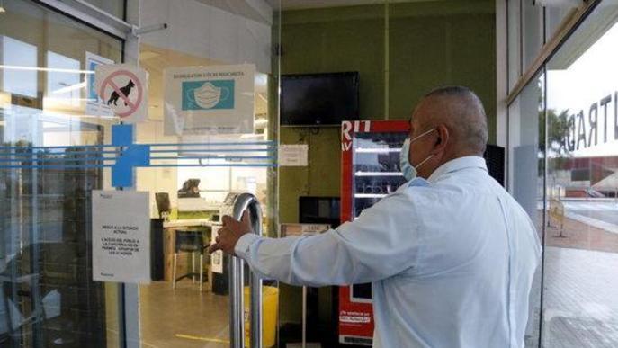 Pla mig del guarda de seguretat a l'entrada de la cafeteria de l'Hospital Universitari Arnau de Vilanova de Lleida