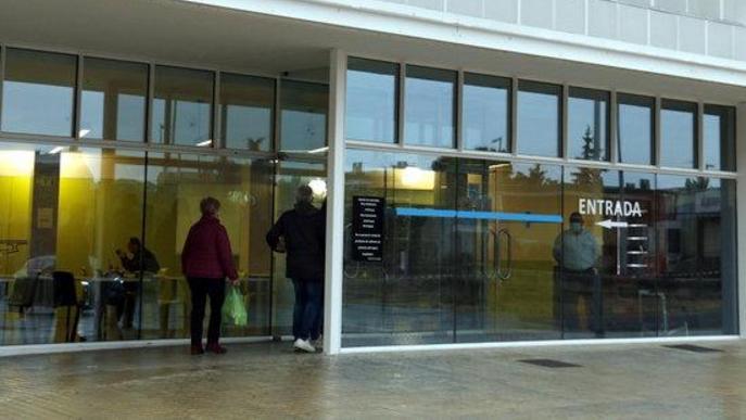 Pla obert del guarda de seguretat a l'entrada de la cafeteria de l'Hospital Universitari Arnau de Vilanova de Lleida