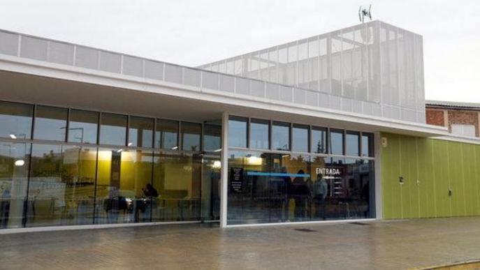 Pla general de la cafeteria de l'Hospital Universitari Arnau de Vilanova de Lleida, amb algunes persones dins