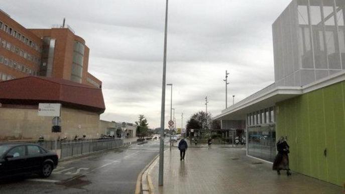 Pla general de la cafeteria de l'Hospital Universitari Arnau de Vilanova de Lleida, a la dreta, i l'hospital a l'esquerra