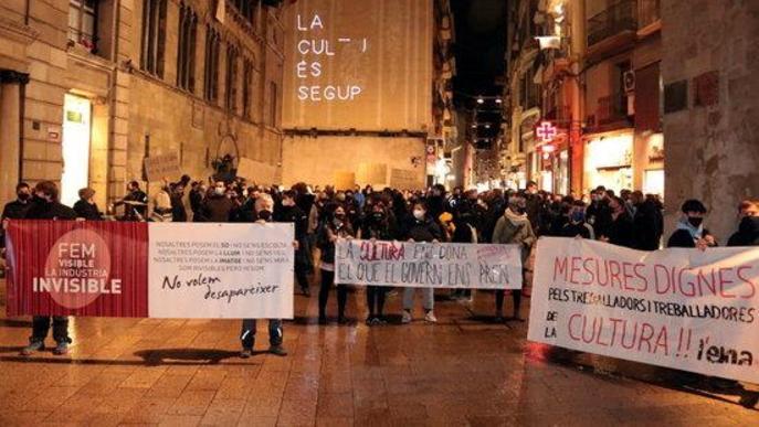 """Pla obert de la concentració del sector cultural de Lleida a la plaça Paeria per rebutjar les darreres restriccions i per defensar que """"la cultura és segura"""""""