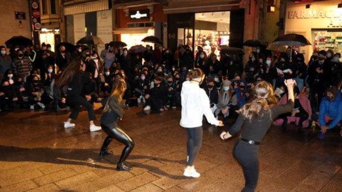 Imatge d'una actuació de dansa en la concentració del sector cultural de Lleida a la plaça Paeria per rebutjar les darreres restriccions