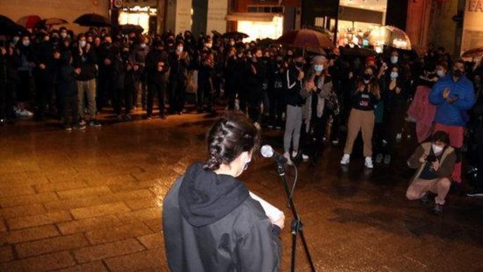 Un instant de la lectura del manifest en la concentració del sector cultural de Lleida a la plaça Paeria