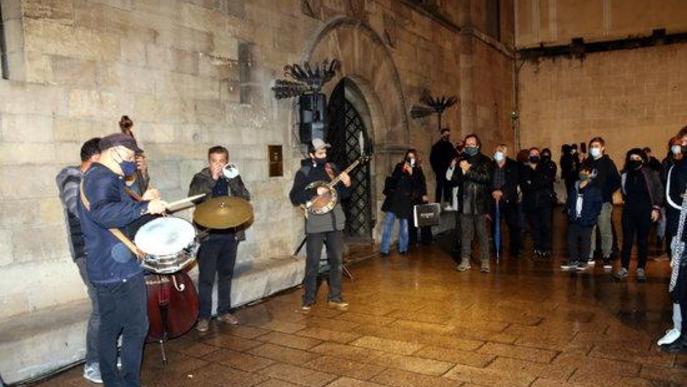 Pla obert de l'actuació de Pixie Dixie en la concentració del sector cultural de Lleida a la plaça Paeria