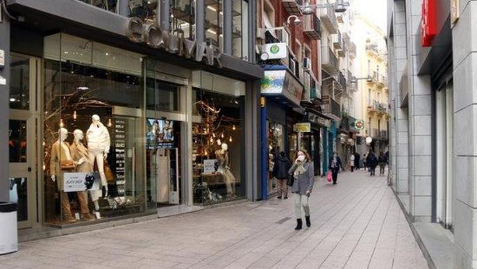 Pla general d'una dona caminant per l'Eix Comercial de Lleida