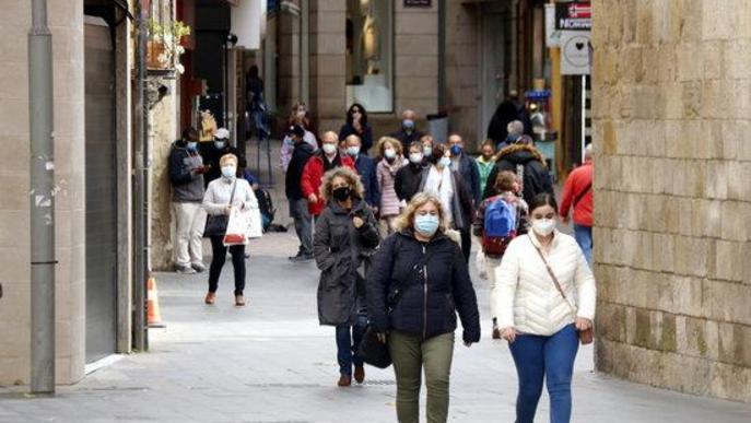Pla obert de diverses persones caminant per l'Eix Comercial de Lleida