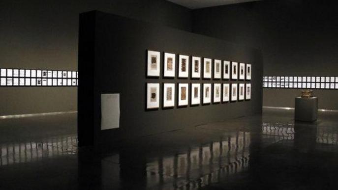 Pla general d'una de les sales del Museu de Lleida que acull part de l'exposició 'Línies vermelles. La censura a la col·lecció de Tatxo Benet'