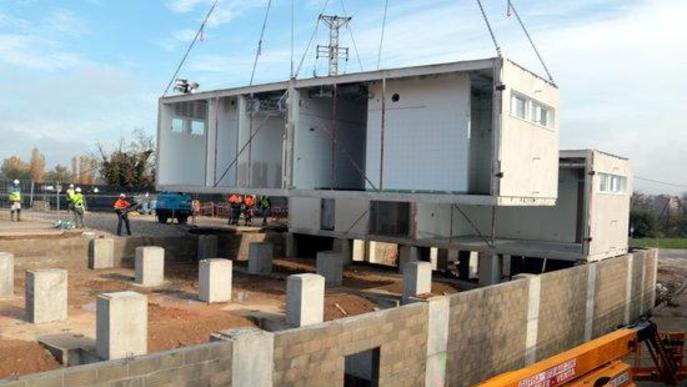 Imatge de la instal·lació dels primer mòduls industrialitzats per al futur edifici annex de l'Hospital Universitari Arnau de Vilanova de Lleida