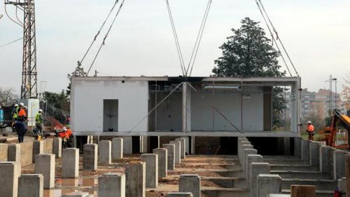 Imatge dels treballs d'instal·lació dels primer mòduls per al futur edifici annex de l'Hospital Universitari Arnau de Vilanova de Lleida
