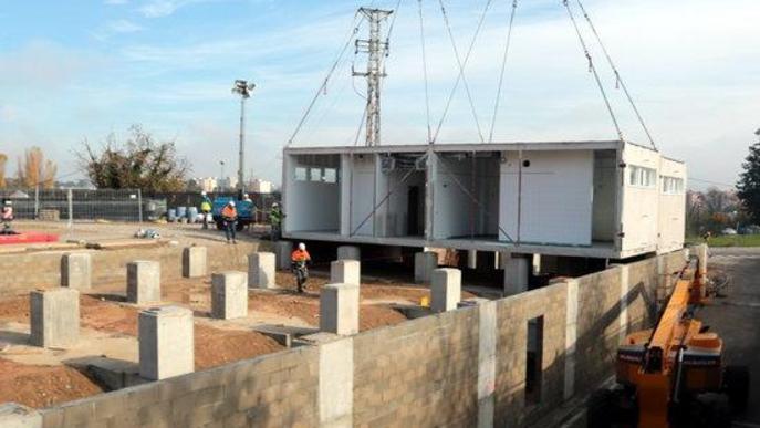 Imatge de la instal·lació dels mòduls industrialitzats per a l'edifici annex de l'Hospital Universitari Arnau de Vilanova de Lleida