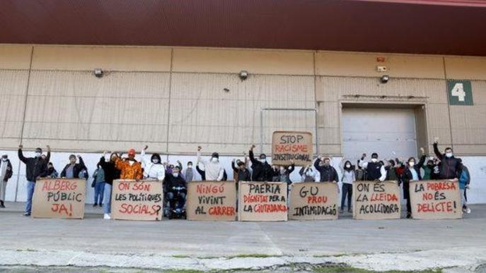 Pla general d'alguns dels concentrats amb pancartes fetes amb cartrons, davant el pavelló 4 de Fira de Lleida