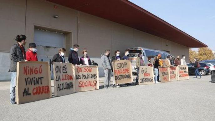 Pla obert d'alguns dels concentrats amb pancartes fetes amb cartrons, davant el pavelló 4 de Fira de Lleida