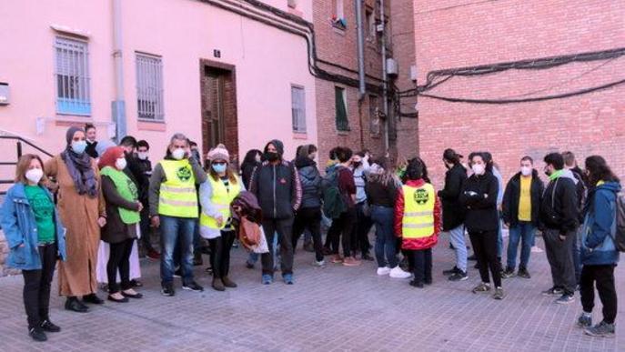 Imatge de la dona que viu a pis del barri de la Mariola de Lleida, que s'havia de desnonar, amb membres de la PAH de Lleida
