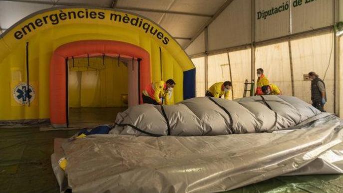 Pla mitjà on es pot veure personal del SEM desmuntant la carpa instal·lada al costat del CUAP Prat de la Riba per atendre pacients amb problemes respiratoris amb possible covid-19