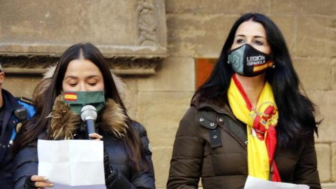 Pla tancat de les diputades de Vox al Congrés Mireia Borrás i Carla Toscano durant la lectura d'un manifest a Lleida en motiu del Dia de la Constitució