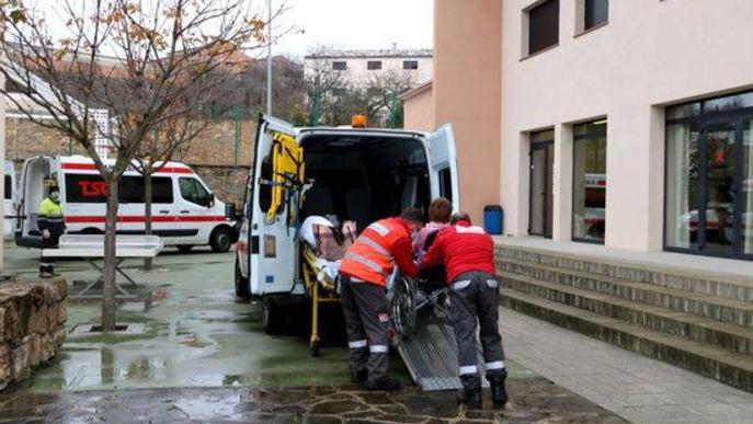 Pla general d'una ambulància a l'alberg de Tremp on s'han traslladat pacients de l'Hospital Comarcal del Pallars