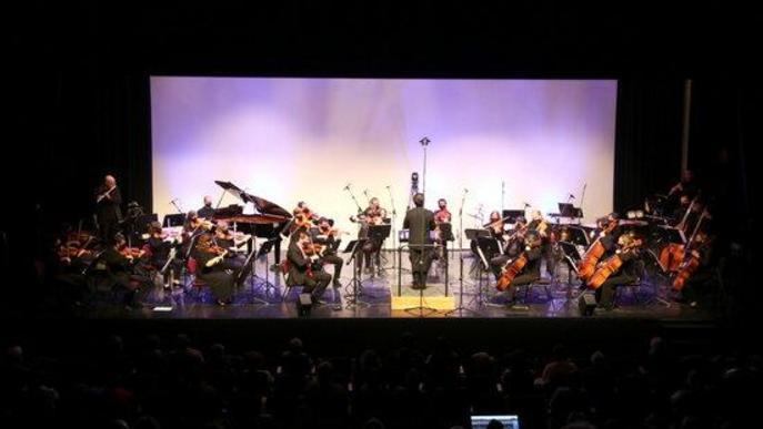 Pla general de l'Orquestra Julià Carbonell a l'escenari de 'La Lira' de Tremp on s'ha fet el concert 'Preludi 21'