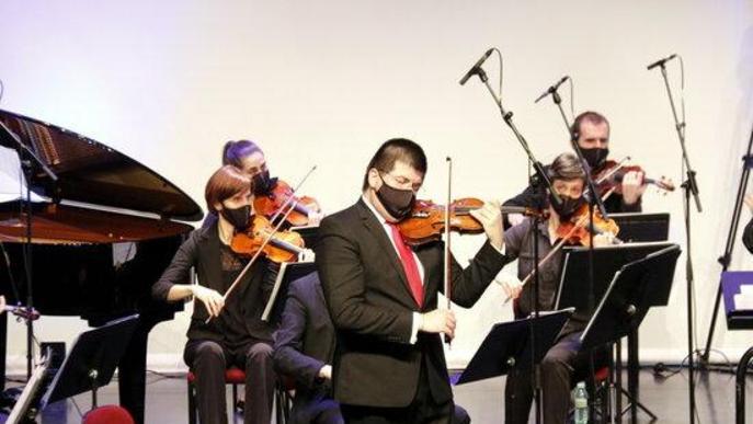 Pla general del violinsta solista Joan Espina durant el concert 'Preludi 21' que s'ha fet aquest diumenge a Tremp