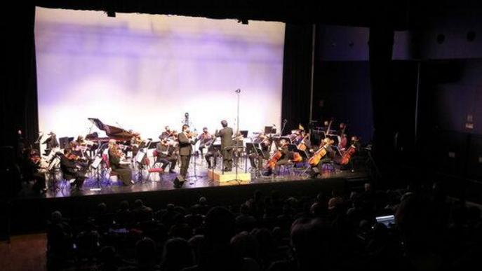 Pla general de l'Orquestra Julià Carbonell i de part del públic a l'Espai Cultural 'La Lira' de Tremp on s'ha fet el concert 'Preludi 21'
