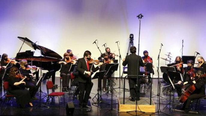 Pla obert d'una part dels músics de l'Orquestra Julià Carbonell a l'escenari de 'La Lira' de Tremp durant el concert 'Preludi 21'