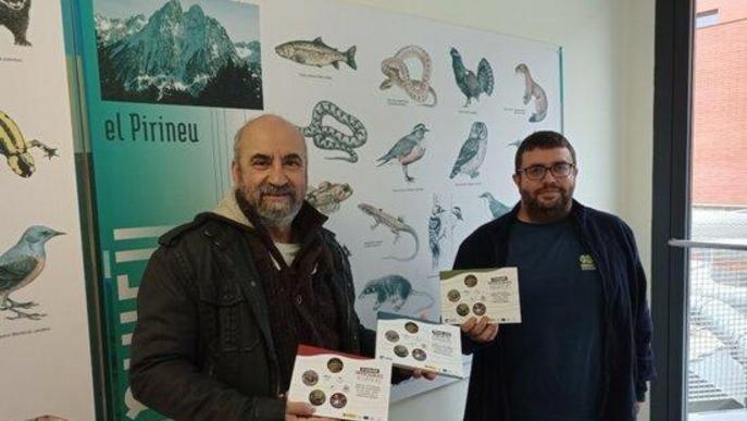 Imatge dels professors de la UdL, Frederic Casals i Jorge R. Sánchez, amb exemplars de la guia que han coordinat