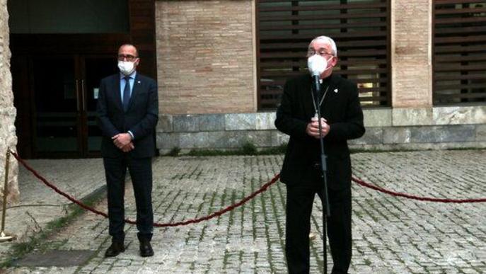 Pla sencer del bisbe de Barbastre-Montsó, Ángel Pérez, amb el conseller de Cultura de l'Aragó, Felipe Faci