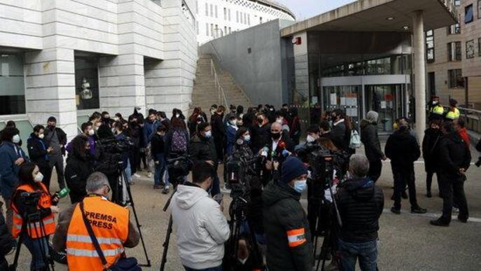 Pla general de l'advocat dels detinguts a Lleida dimarts, Josep Maria Pocino, atenent els mitjans de comunicació davant dels jutjats de Lleida