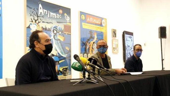 Pla obert del director del Museu Morera, Jesús Navarro; l'alcalde de Lleida, Miquel Pueyo, i l'il·lustrador Carles Porta, en la presentació de l'exposició 'Carles Porta. La casa infinita' al Museu Morera