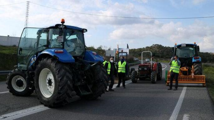 Els pagesos tallen la C-12 a Flix per exigir ajuts als productors afectats pel temporal Filomena