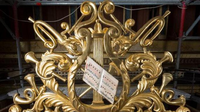Element decoratiu escultòric que hi ha sobre el cos de la cadireta