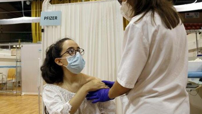 Menors de 30 anys reben la primera dosi de la vacuna a Lleida