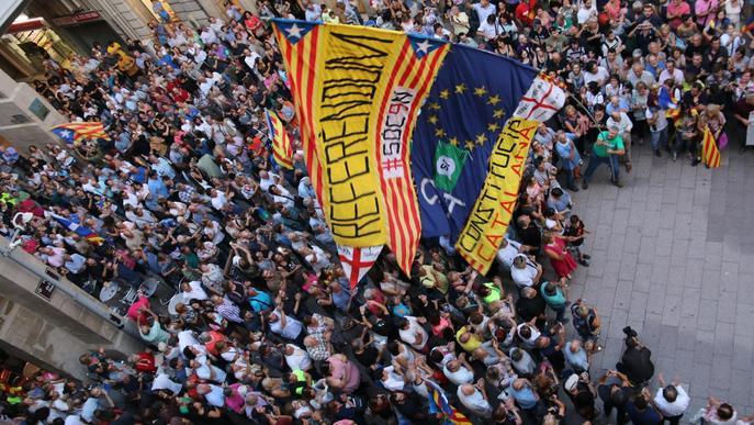 Centenars de persones omplen la plaça Paeria reclamant a Ros poder votar