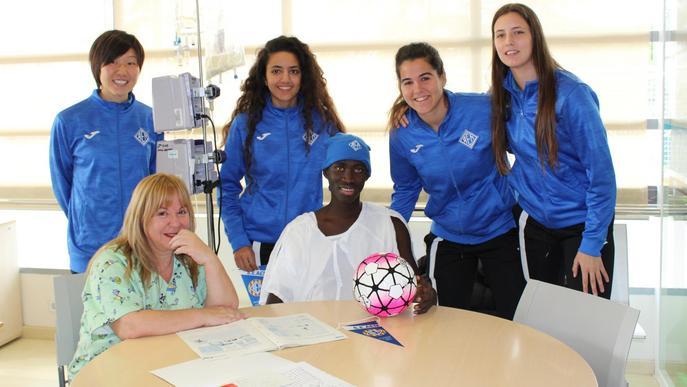 Jugadores de l'AEM visiten els infants ingressats al Servei de Pediatria de l'Arnau de Vilanova