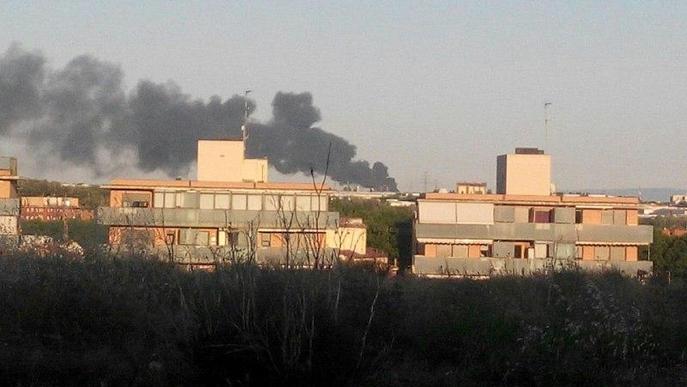 Un incendi crema durant tota la nit 60.000 palets a Lleida