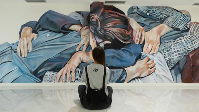 """Lily Brik ret """"un homenatge a la bondat"""" amb el seu nou mural a Lleida"""