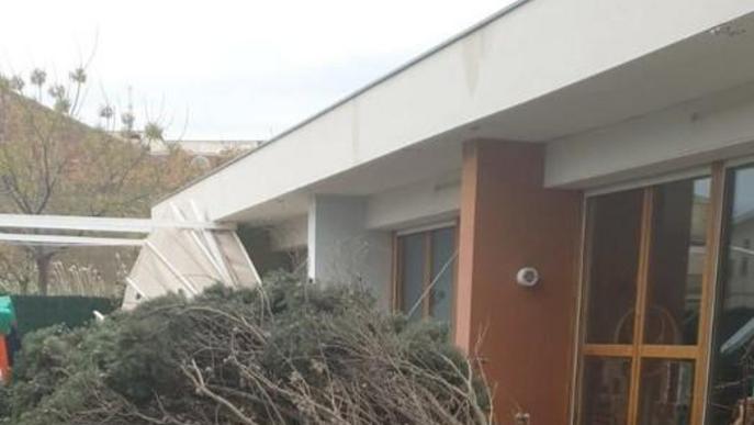 Una dona resulta ferida per la caiguda d'un mur a Balaguer a causa del vent