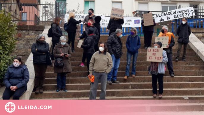 Pla general de les treballadores de la residència Verge de Ribera de la Pobla de Segur concentrades davant del centre