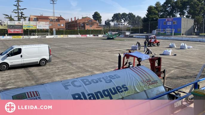 Treballs de renovació de la gespa artificial al camp de futbol de les Borges
