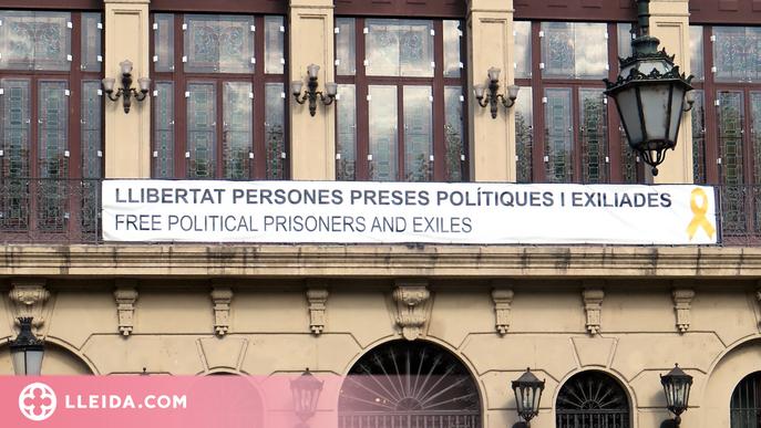 Vox denuncia Pueyo per la pancarta i els llaços grocs de suport als presos de la Paeria