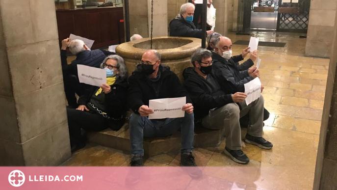 """S'encadenen a la Paeria de Lleida per exigir que s'aturi la """"repressió"""" contra el jovent"""