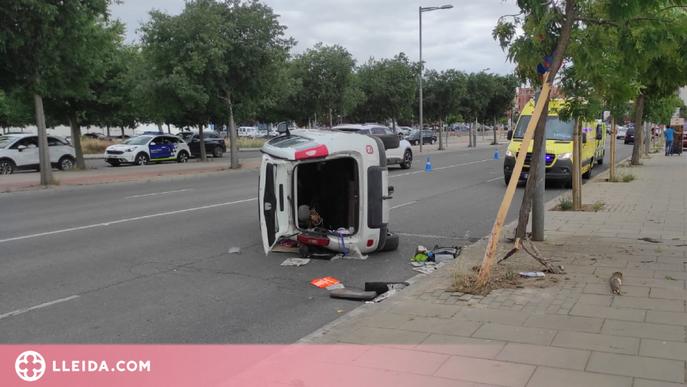 Condueix begut i acaba amb el seu vehicle bolcat enmig de la via a Lleida